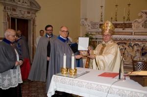Il Principe Gran Maestro dona il Crest al Gran Priore, S.E. Mons. Bruno Schettino
