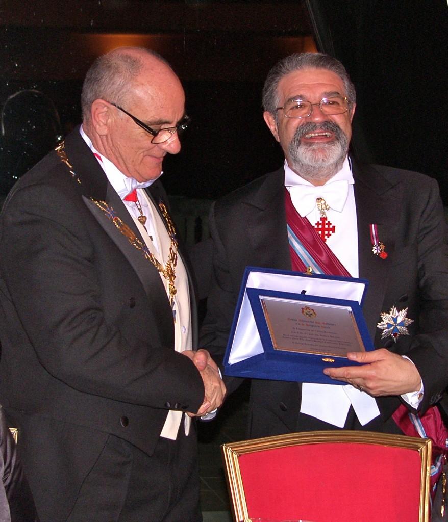 il Gran Maestro consegna una targa al Luogotenente per il Sud Italia